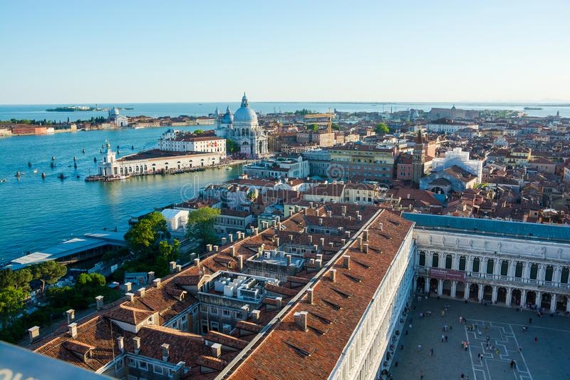 ?? 2019?6? 威尼斯、盐水湖、多尔索杜罗区地区和Correr博物馆看法从圣马克的钟楼在威尼斯 免版税库存图片