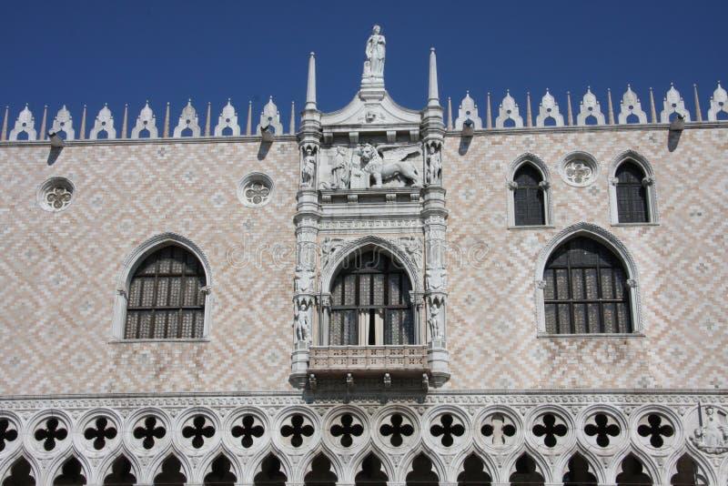 威尼斯一个古老宫殿的瞥见  图库摄影
