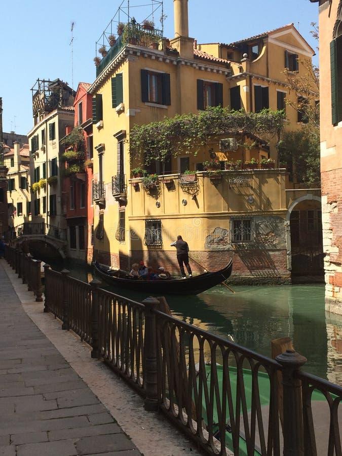 威尼斯与长平底船的运河和街道视图 库存照片
