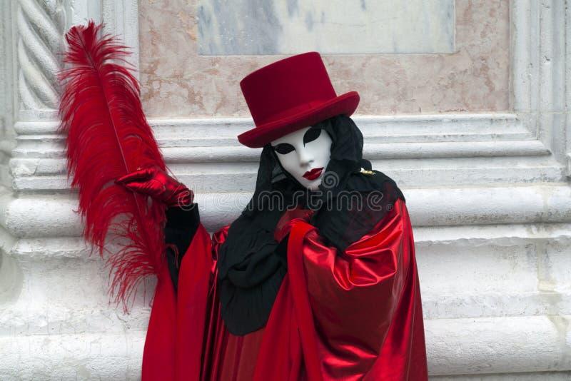 威尼斯在一个五颜六色的红色和黑狂欢节服装和面具威尼斯的狂欢节字符 库存照片