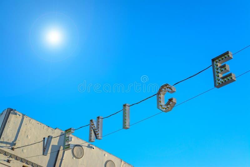 威尼斯在光亮的太阳下的海滩标志 免版税图库摄影