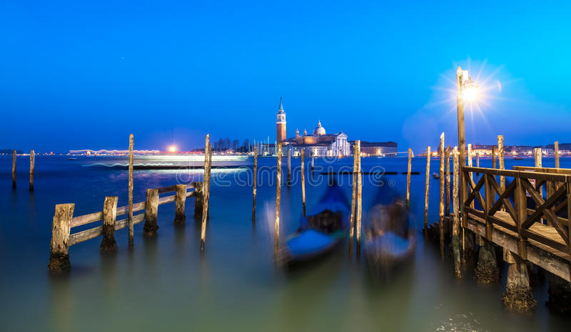 威尼斯在日落以后的夜海景 被弄脏的长平底船长的曝光 免版税库存图片