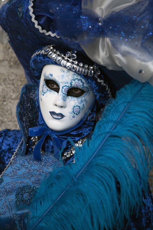 威尼斯在Al蓝色和银色服装和面具威尼斯意大利的狂欢节形象 免版税库存照片