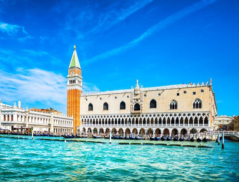 威尼斯地标,有钟楼和共和国总督宫殿的圣马可广场 免版税库存照片