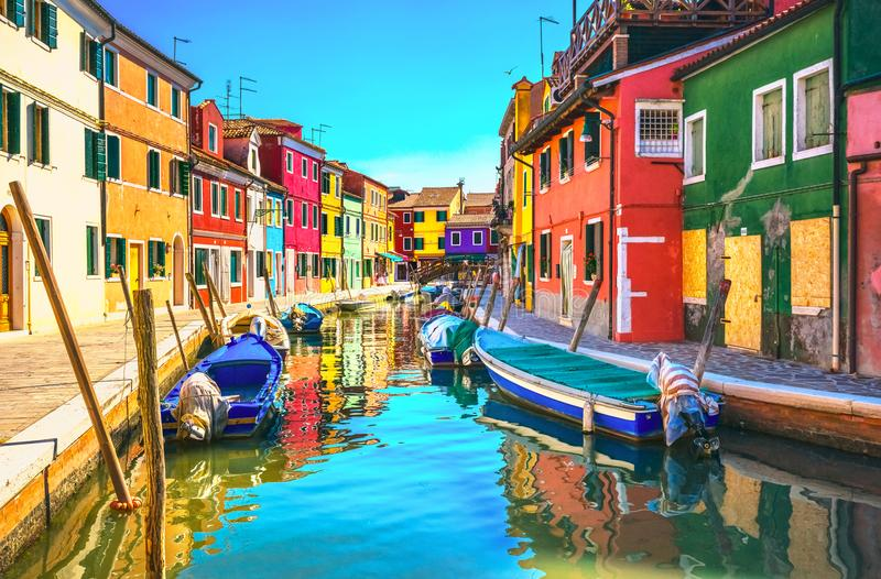 威尼斯地标, Burano海岛运河、五颜六色的房子和小船, 免版税库存照片