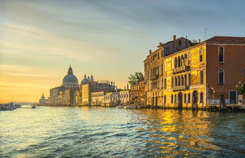 威尼斯大运河,日出时的圣玛利亚礼堂 意大利 免版税库存照片