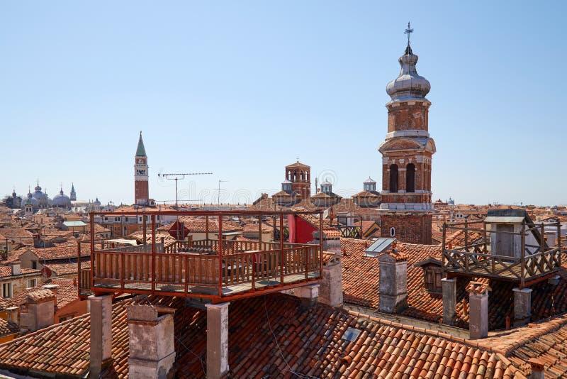 威尼斯屋顶高的看法有典型的阿尔塔纳阳台的在意大利 免版税库存照片