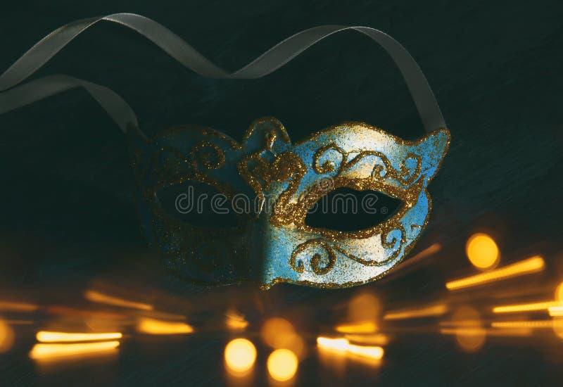 威尼斯式典雅的蓝色和的金子,在黑暗的背景的狂欢节面具的图象 闪烁覆盖物 免版税库存照片