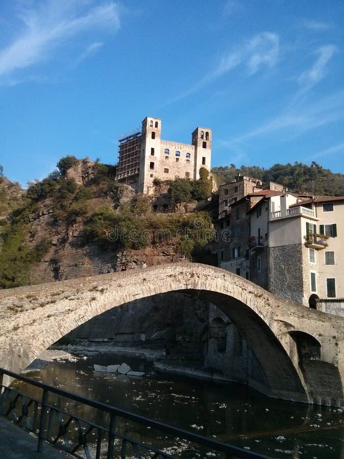 威尼斯式式桥梁在Dolceaqua,意大利 免版税库存图片
