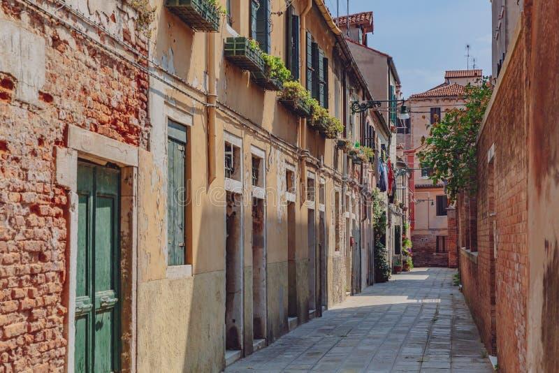 威尼斯式房子和街道在威尼斯,意大利 免版税库存图片