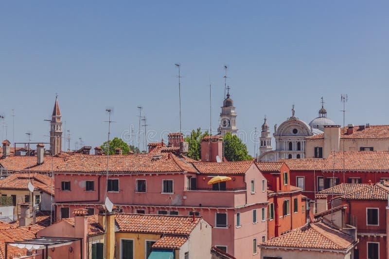 威尼斯式房子赤土陶器屋顶在天空蔚蓝下的在威尼斯 图库摄影