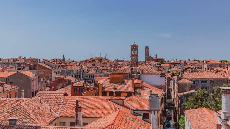 威尼斯式房子赤土陶器屋顶在天空蔚蓝下的在威尼斯 库存照片