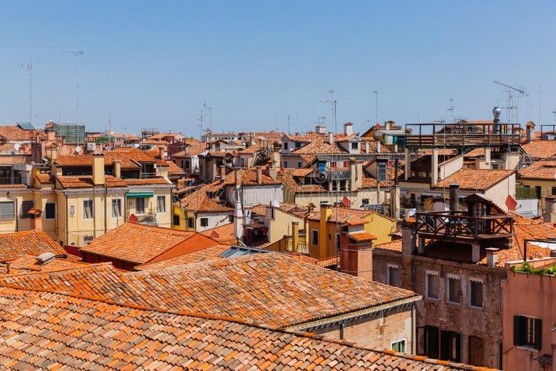 威尼斯式房子赤土陶器屋顶在天空蔚蓝下的在威尼斯 库存图片