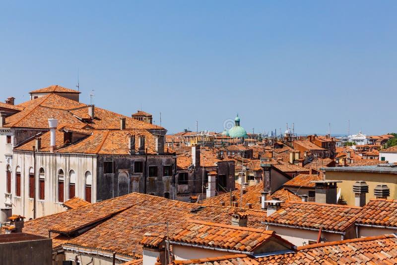 威尼斯式房子赤土陶器屋顶在天空蔚蓝下的在威尼斯 免版税库存图片
