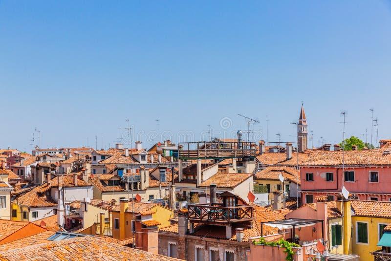 威尼斯式房子赤土陶器屋顶在天空蔚蓝下的在威尼斯 免版税库存照片