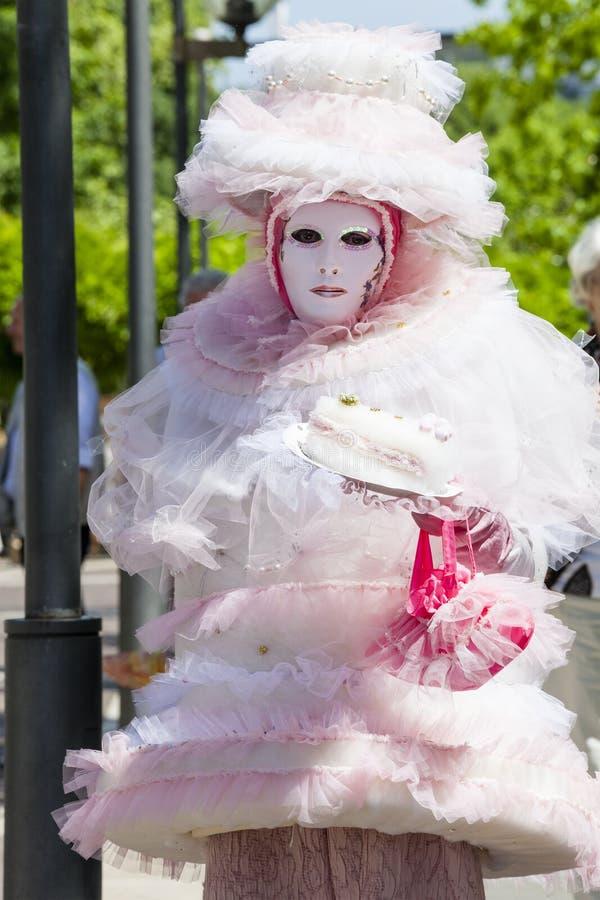 威尼斯式桃红色服装面具礼服的迷人的意大利妇女 图库摄影