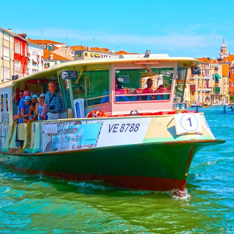 威尼斯式水公共汽车Vaporetto 免版税库存照片