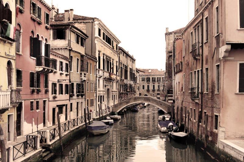 威尼斯式街道美丽的景色  免版税库存照片