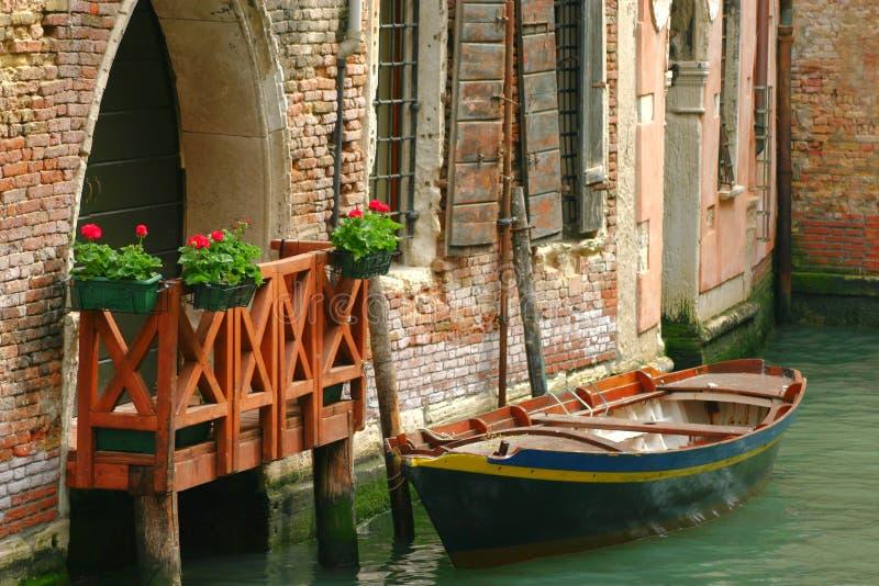 威尼斯式镶边石的停车 免版税库存照片
