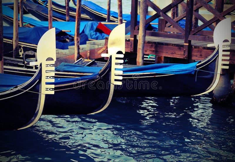 威尼斯式长平底船在有葡萄酒effe的着陆乘客停泊了 库存照片