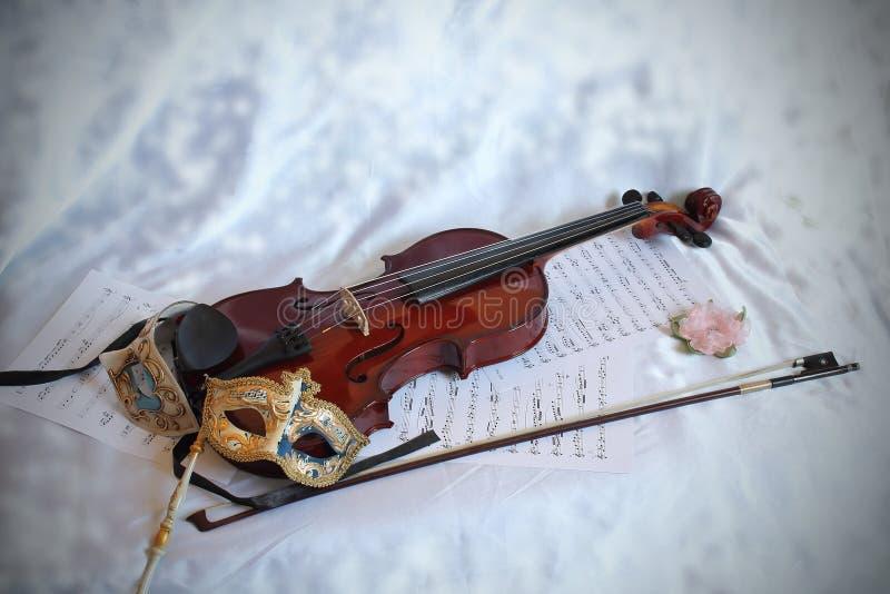 威尼斯式面具和小提琴 库存照片