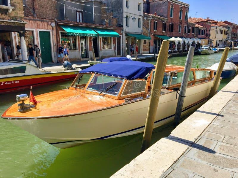 威尼斯水出租汽车的特写镜头视图沿一条运河靠了码头在穆拉诺岛,意大利 免版税库存图片