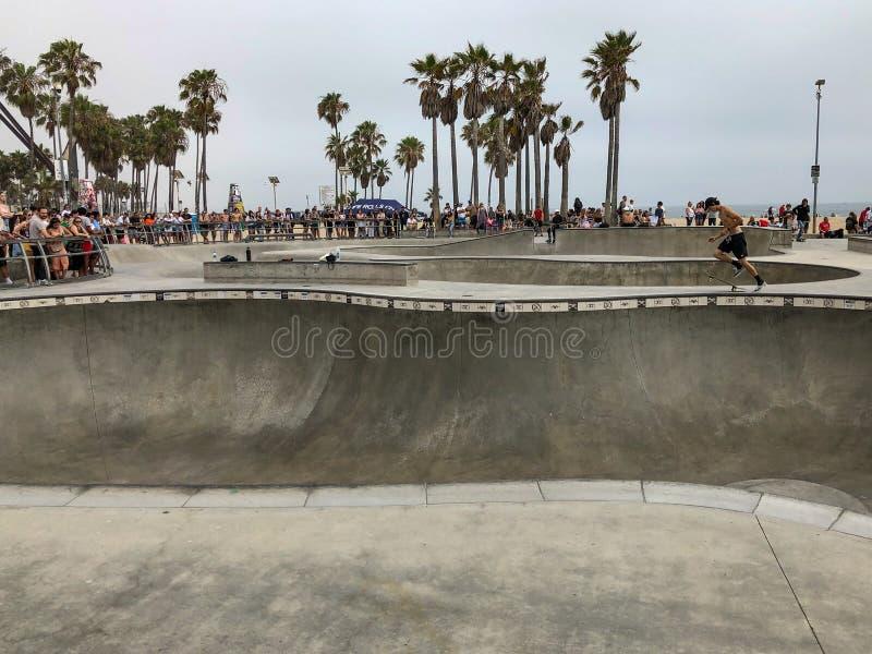 威尼斯海滩冰鞋公园水池的溜冰板者 免版税库存图片