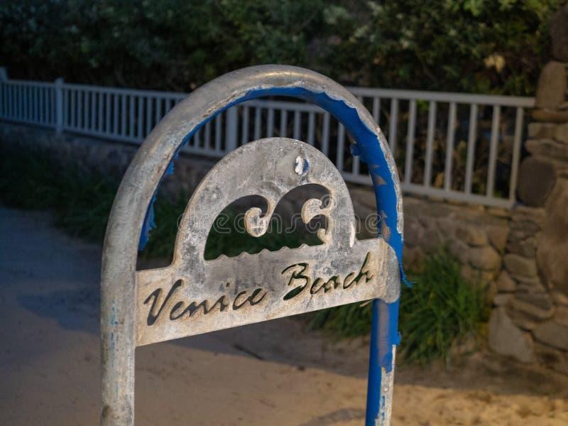 威尼斯海滩洛杉矶标志和岗位在晚上 免版税库存照片
