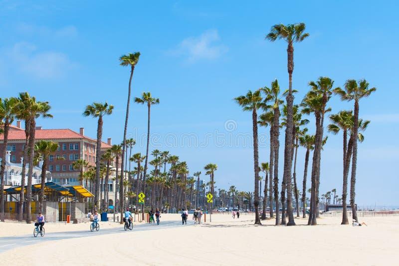威尼斯海滩,美国- 2016年5月14日:享受在海滩的人们一个晴天威尼斯,洛杉矶,加利福尼亚,美国 库存图片