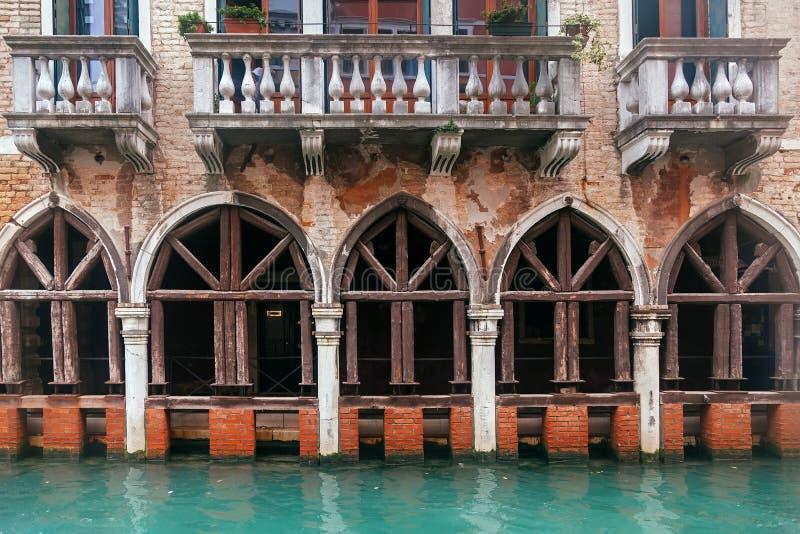 威尼斯渠道和葡萄酒难看的东西大厦 免版税图库摄影