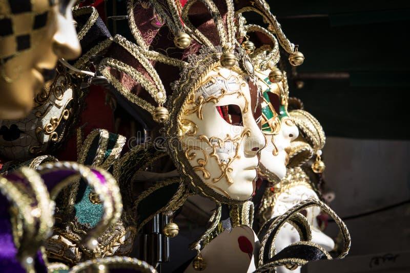 从威尼斯狂欢节的典型的五颜六色的面具 免版税库存图片