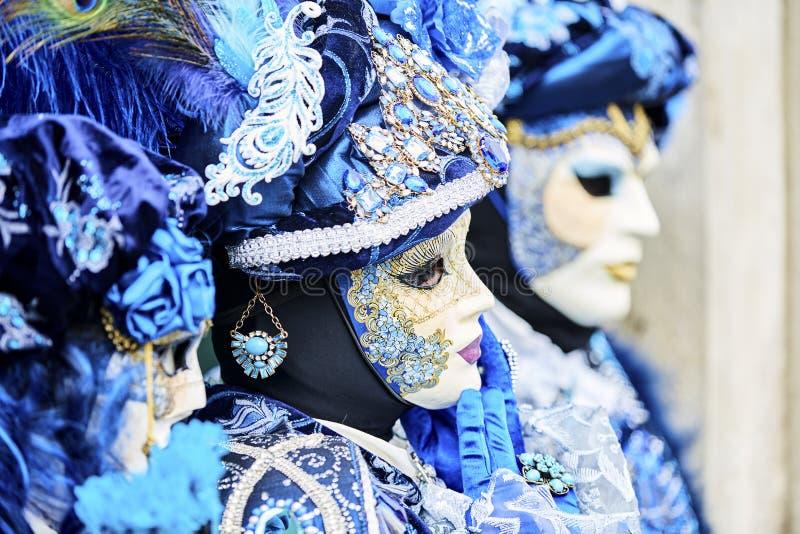 威尼斯狂欢节2017年 黑色狂欢节服装红色威尼斯式 威尼斯式狂欢节的屏蔽 意大利威尼斯 威尼斯式蓝色狂欢节服装 免版税库存照片
