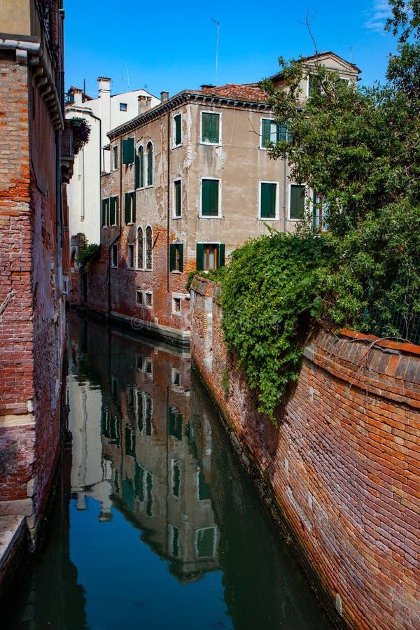 威尼斯狭窄运河的古建筑 免版税库存图片
