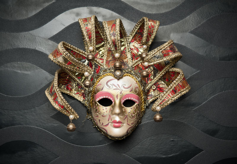 从威尼斯的美好的古典面具在黑墙壁上。狂欢节面具 免版税库存照片