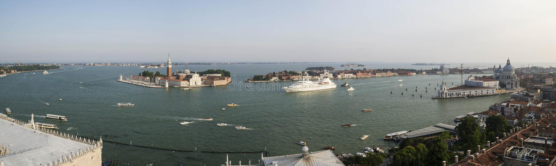 威尼斯盐水湖和圣乔治堂马吉欧雷海岛看法从圣马克的钟楼 库存图片