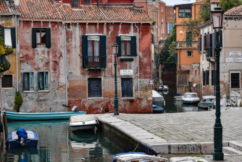 威尼斯运河、大厦和小船 免版税库存照片