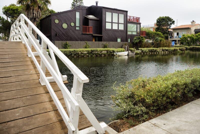 威尼斯运河、白色桥梁和现代建筑学家的威尼斯靠岸,洛杉矶,加利福尼亚 免版税库存照片