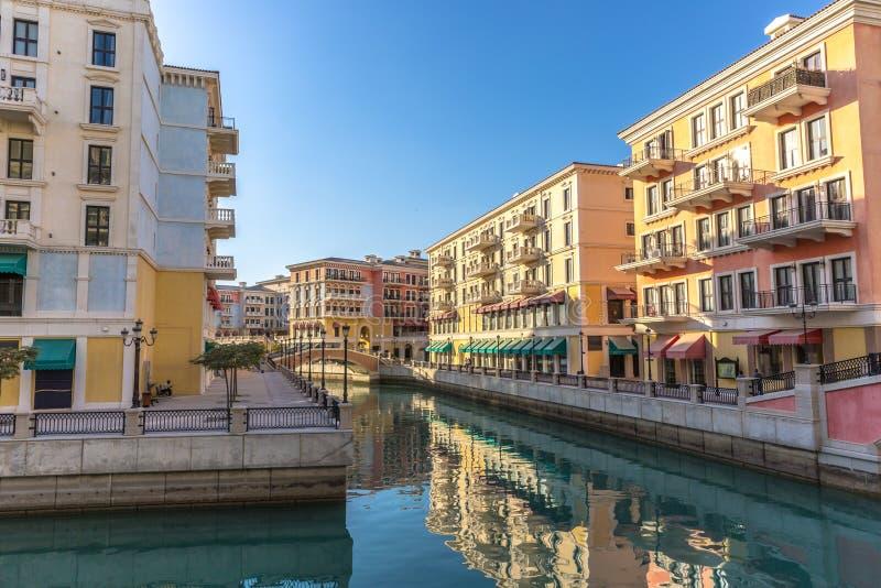 威尼斯运河喜欢Qanat Quartier在珍珠在多哈,黄昏的卡塔尔 免版税库存照片