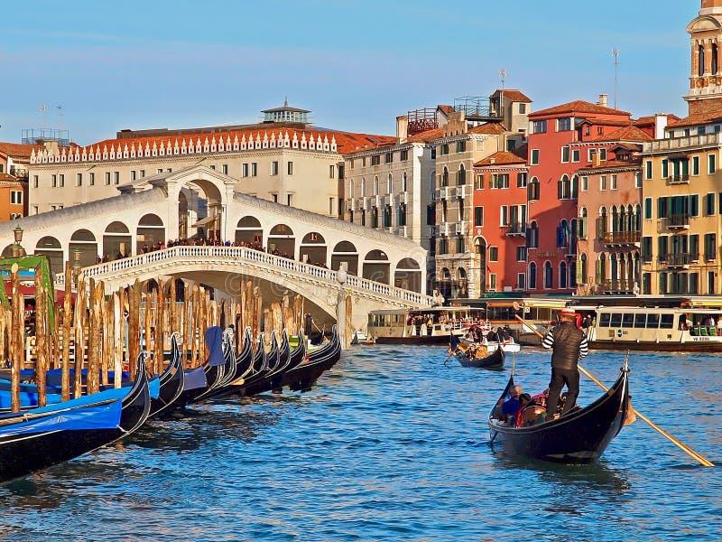 威尼斯都市风景有威尼斯大石桥桥梁和一艘长平底船的在前面 免版税库存图片