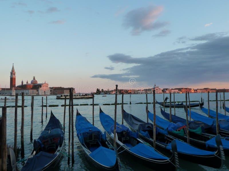 威尼斯长平底船拉古纳视图日落 库存图片