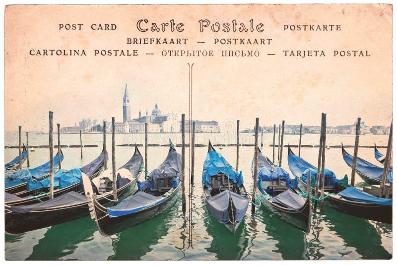 威尼斯长平底船,意大利,在葡萄酒乌贼属明信片背景,在几种语言的词明信片的拼贴画 免版税库存照片
