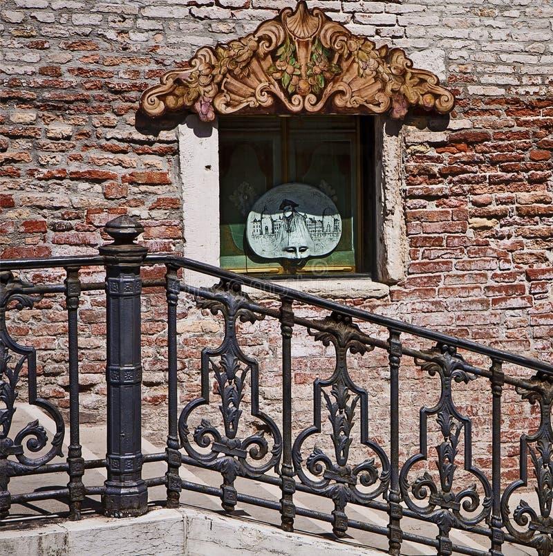 威尼斯,与狂欢节的都市段落致力了商店窗口 库存图片