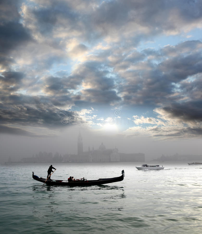 威尼斯,与长平底船的大运河 图库摄影