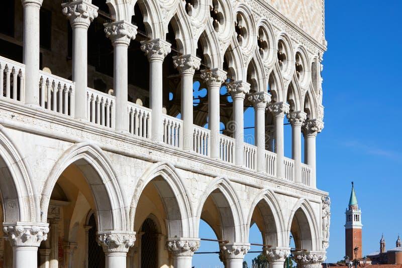 威尼斯,共和国总督宫殿开放画廊在一个晴朗的夏日在意大利 免版税库存图片