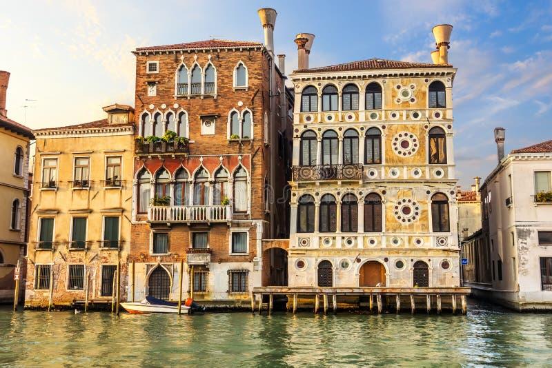 威尼斯,夏天视图,没有peopl大运河的达里奥宫殿  库存图片