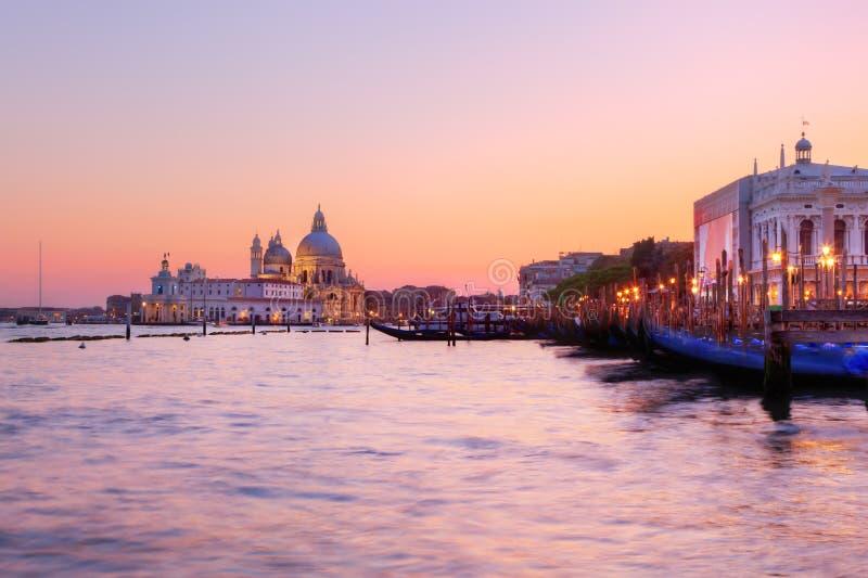 威尼斯,意大利。在大运河的长平底船日落的 免版税图库摄影