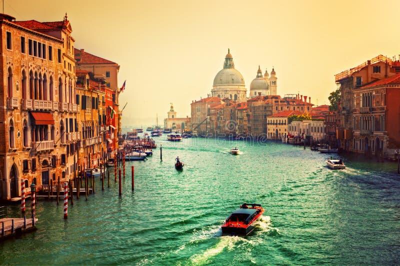 威尼斯,意大利。大运河和大教堂圣玛丽亚della向致敬在日落 免版税库存照片