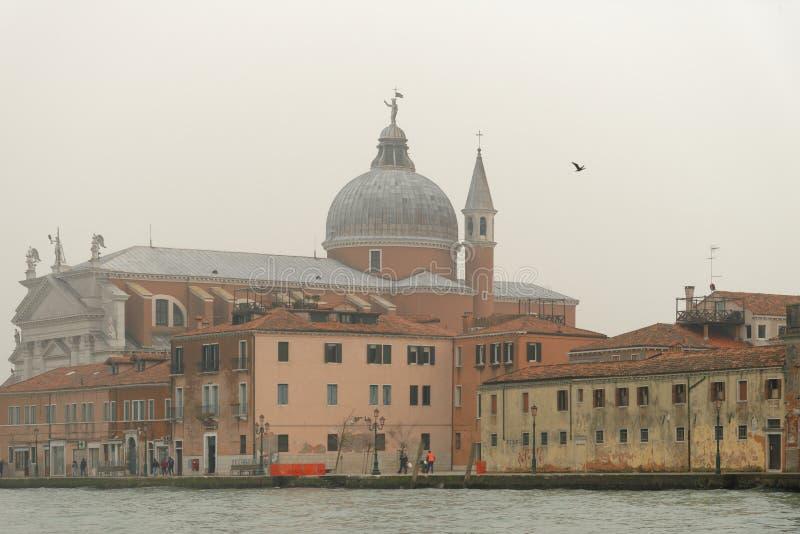威尼斯,意大利:传统威尼斯场面 教会圆顶水出租汽车薄雾 免版税库存图片