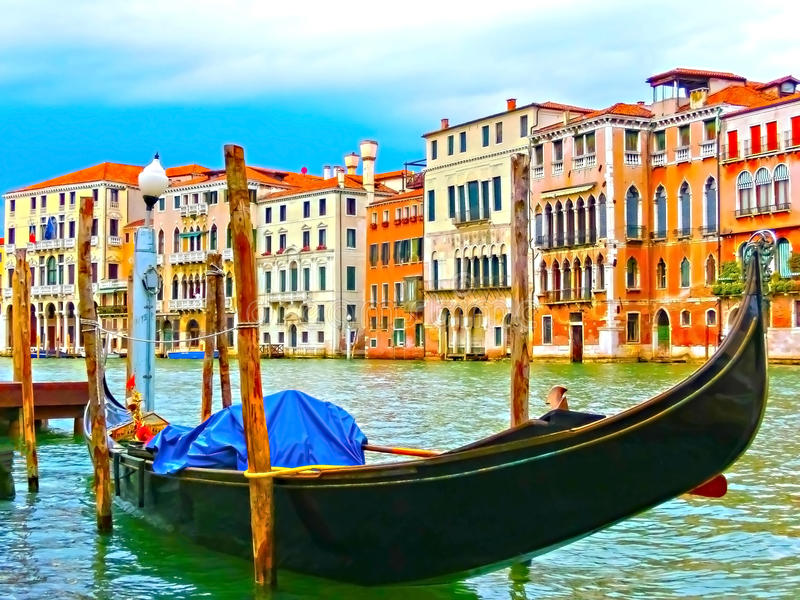 威尼斯,意大利-在运河的长平底船重创在一个美好的夏日 免版税库存照片