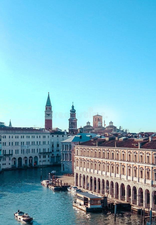 威尼斯,意大利-小店2019年:威尼斯大石桥市场鸟瞰图与通过从大运河的长平底船的 图库摄影